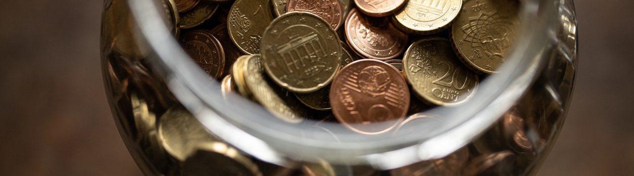 Symbolbild - Glas mit Münzen