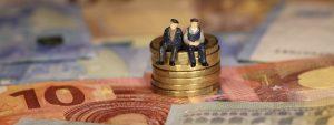 Symbolbild - Senioren auf Geld sitzend